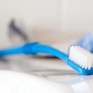 Preserve Zubní kartáček (medium) - azurový - z recyklovaných kelímků od jogurtů